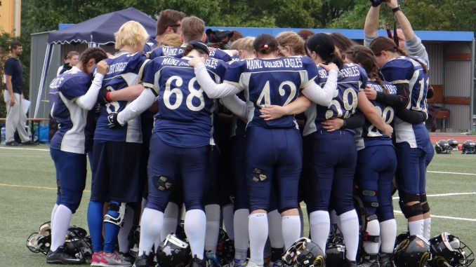 Mainz Golden Eagles im Team Huddle kur vor dem Ladiesbowl 2017